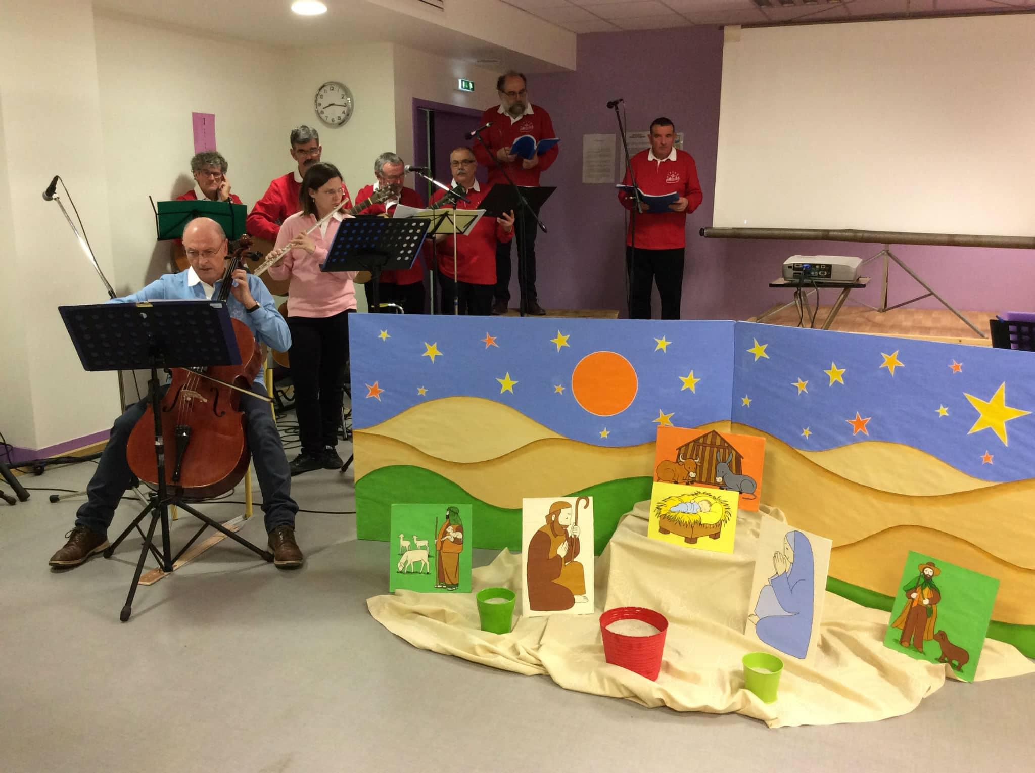 La crèche de Noël à droite et le groupe Fiziasn à gauche