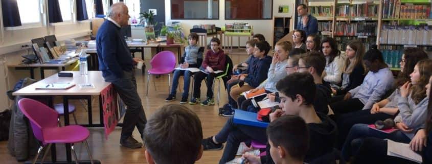 Jean-Albert Guénégan pendant le temps d'échange avec les élèves