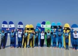Les élèves découvrent les joies du surf