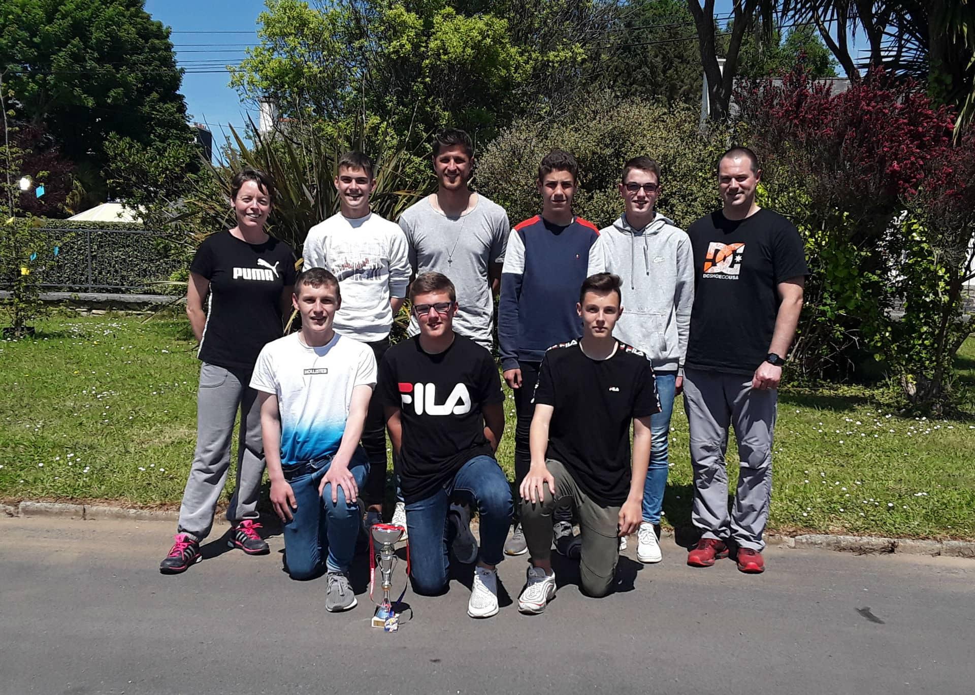 Anthony Weber et l'équipe de Futsal du collège Saint-Antoine de Lannilis
